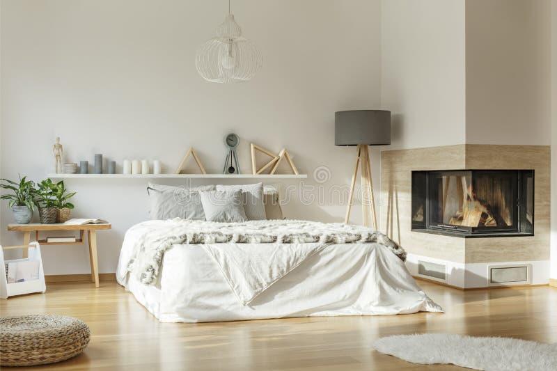 Camera da letto spaziosa con il camino fotografia stock