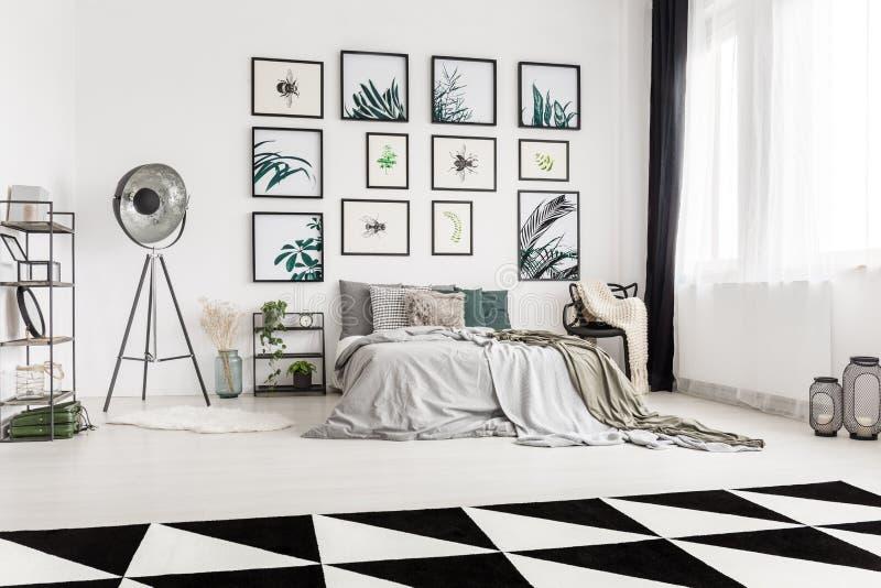 Camera da letto spaziosa con il motivo botanico fotografia stock