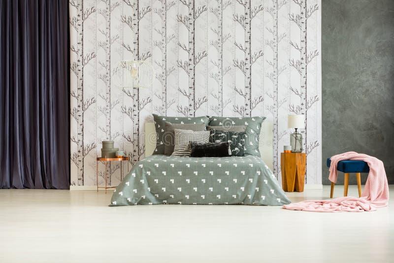 Camera da letto spaziosa con il motivo della foresta immagine stock libera da diritti