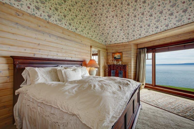 Camera da letto spaziosa impressionante immagine stock libera da diritti