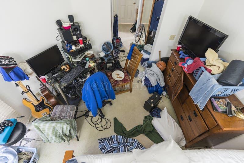 Camera da letto sudicia dei ragazzi nella casa suburbana immagine stock