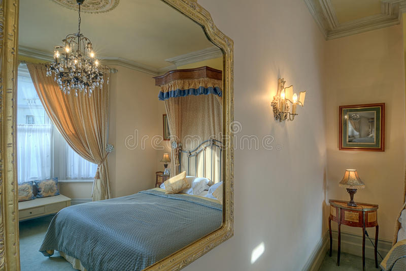 Camera da letto in uno specchio fotografia stock libera da diritti
