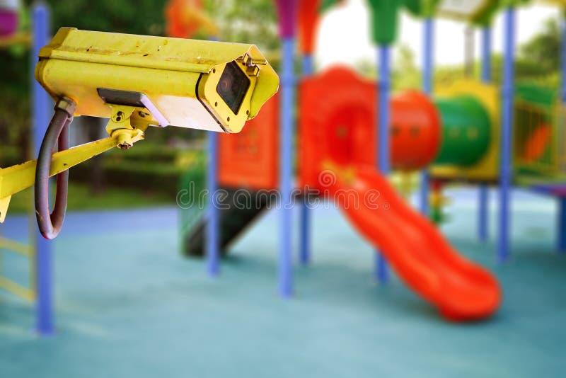 Camera de Met gesloten circuit van kabeltelevisie, TV-controle bij de speelplaats van de kleuterschoolschool openlucht voor jong  stock foto