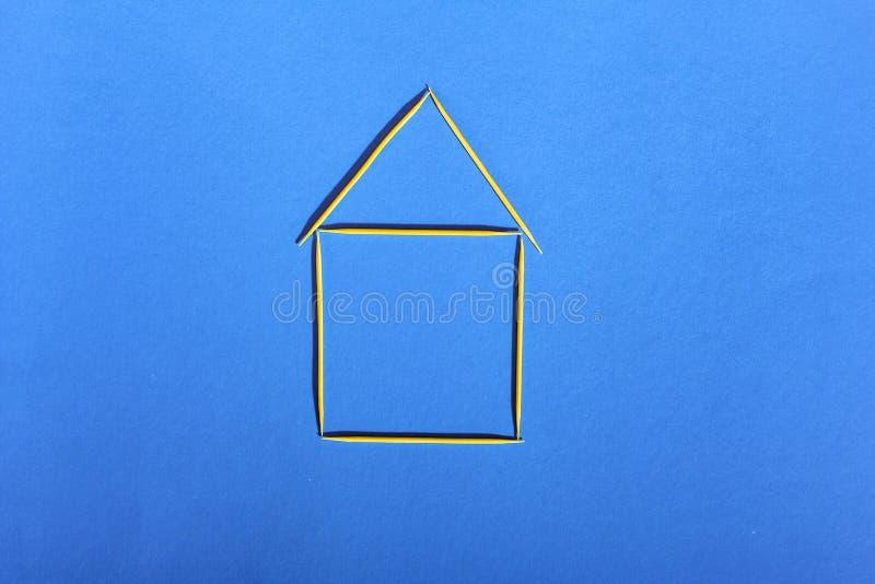 Camera degli stuzzicadenti su un fondo blu, concetto di alloggio accessibile fotografia stock