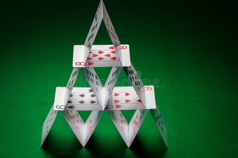 Camera delle carte da gioco sulla tovaglia verde fotografia stock libera da diritti