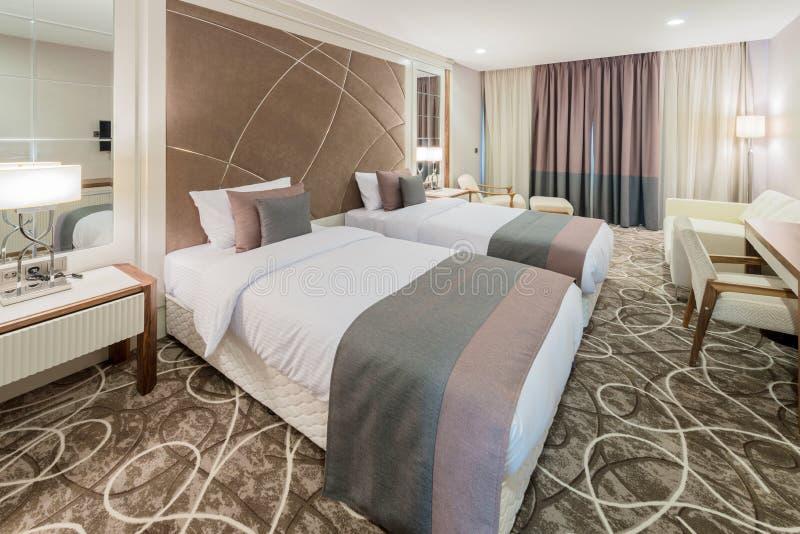Camera di albergo con l'interno moderno fotografie stock