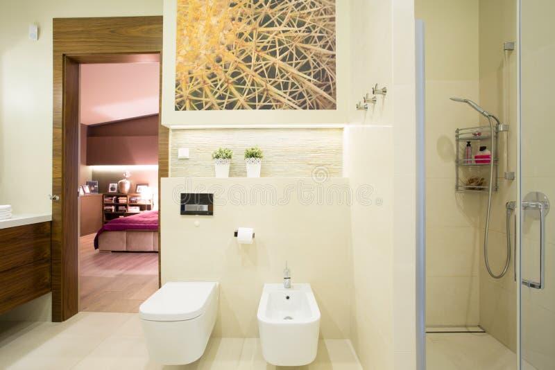 Camera di albergo con la toilette privata fotografia stock