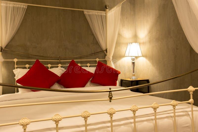 Camere Con Letto A Baldacchino.Camera Di Albergo Con Letto A Baldacchino Con Il Cuscino Bianco E