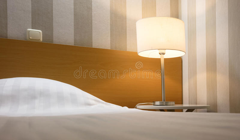 Camera di albergo semplice, letto singolo immagine stock