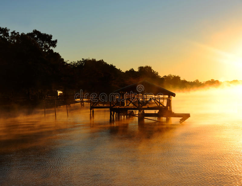 Camera di barca circondata da nebbia dorata fotografia stock libera da diritti