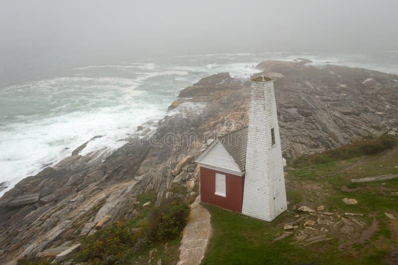 Camera di Bell del faro del punto di Pemaquid il giorno nebbioso immagine stock