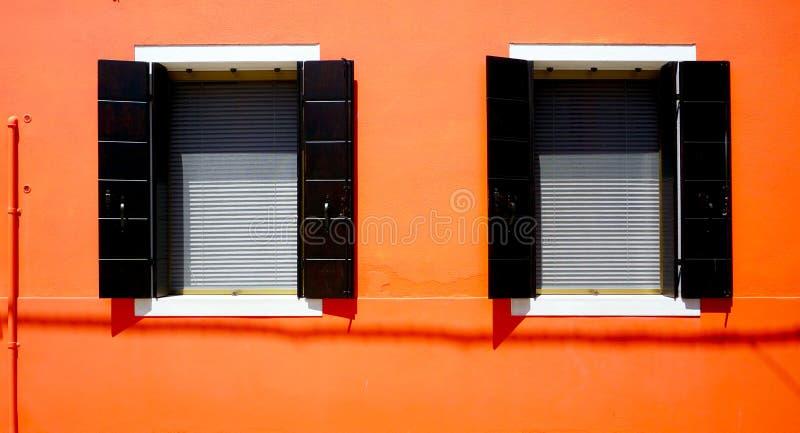 Download Camera Di Due Windows In Burano Sulla Parete Arancio Fotografia Stock - Immagine di arancione, storia: 56888452