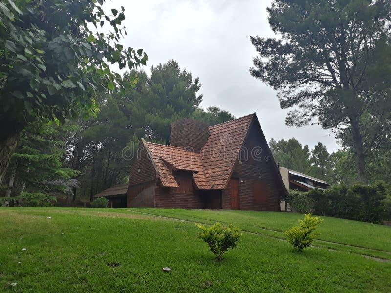 Camera di EL bosque dell'en della casa nella foresta immagine stock