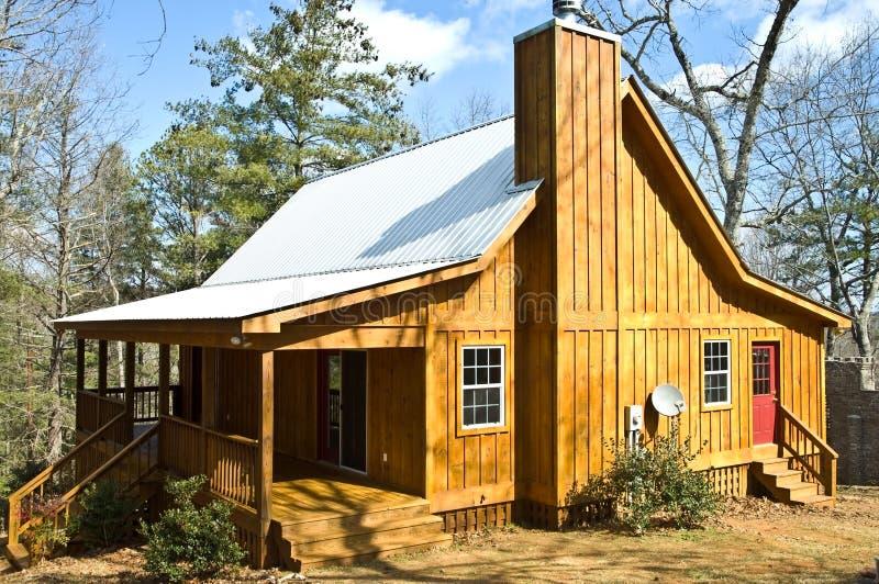 Camera di legno con il tetto dello stagno fotografia stock libera da diritti