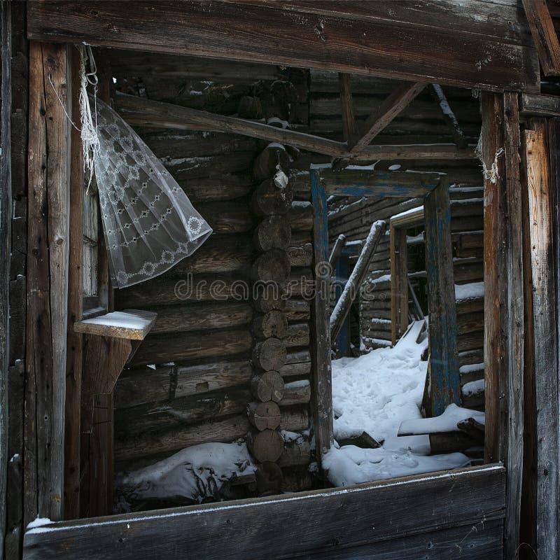 Camera di legno rovinata Le rovine di vecchia casa Casa di legno nel villaggio Rovina nel villaggio fotografie stock libere da diritti