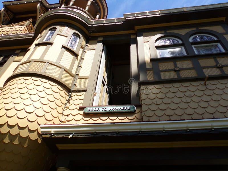 Camera di mistero di Winchester della porta in nessun posto -, San José, California fotografie stock