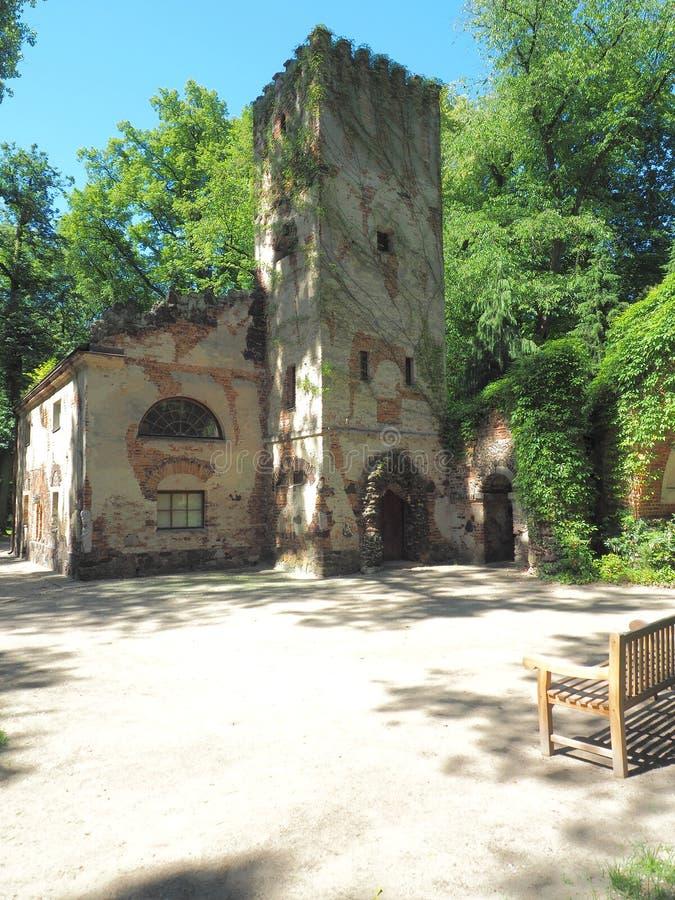 Camera di Murgrabi Arcadia, Polonia - 9 giugno 2019 una costruzione con gli elementi delle forme neogotiche nel parco romantico i immagini stock