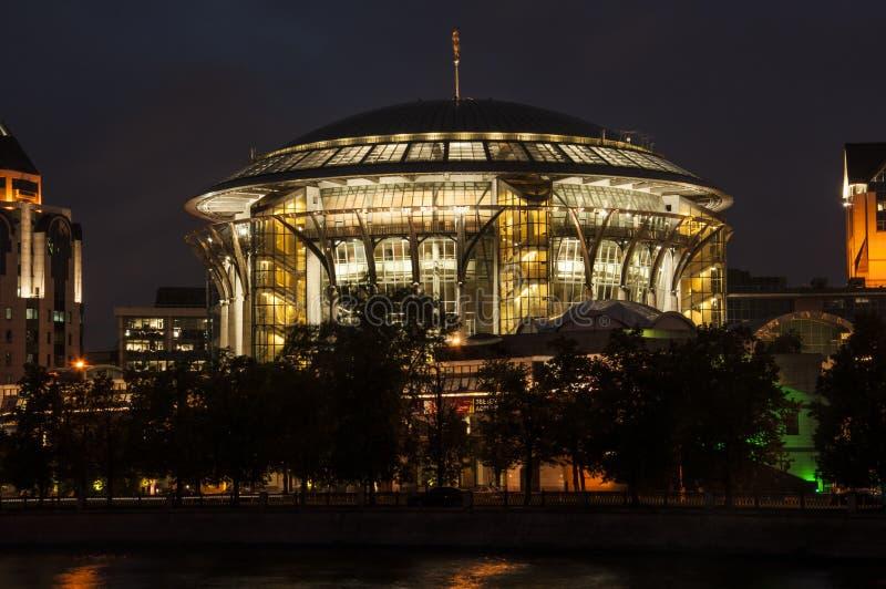 Camera di musica a Mosca Vista di notte del lungomare immagine stock libera da diritti