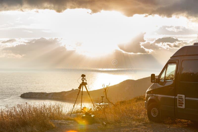 Camera die beeldfilm van zonsopgang over overzeese oppervlakte nemen stock foto's