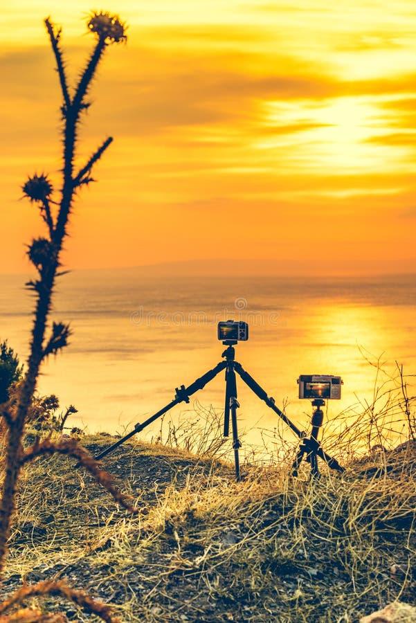 Camera die beeldfilm van zonsopgang over overzeese oppervlakte nemen royalty-vrije stock afbeelding