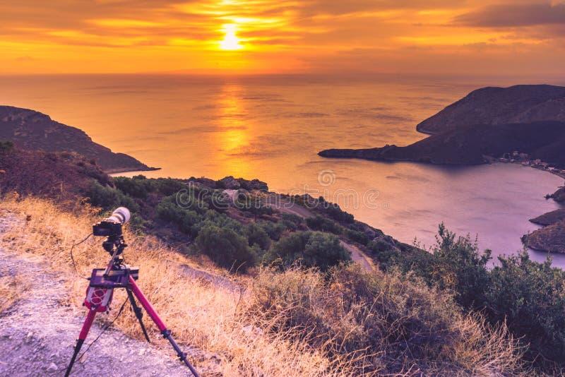 Camera die beeldfilm van zonsopgang over overzeese oppervlakte nemen stock foto