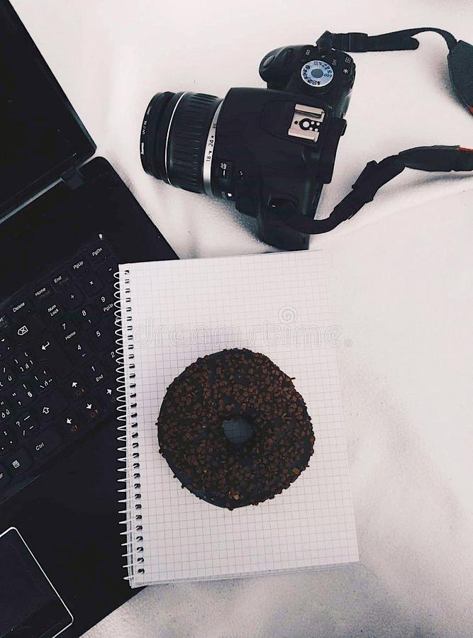 Camera, doughnut en computer royalty-vrije stock afbeelding