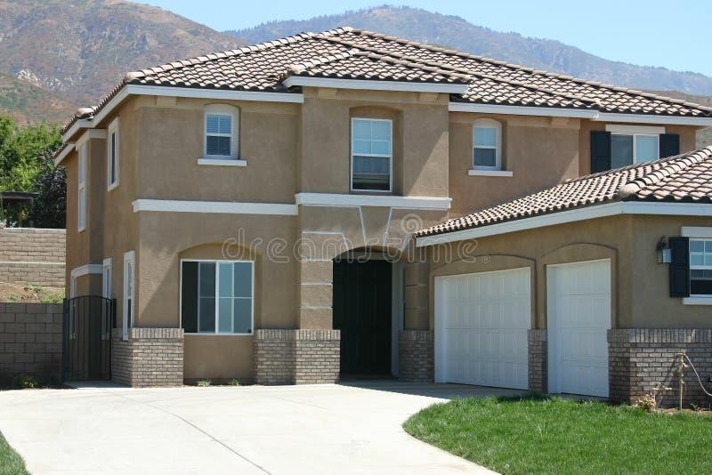 Download Camera e casa fotografia stock. Immagine di suburbano, garage - 206312