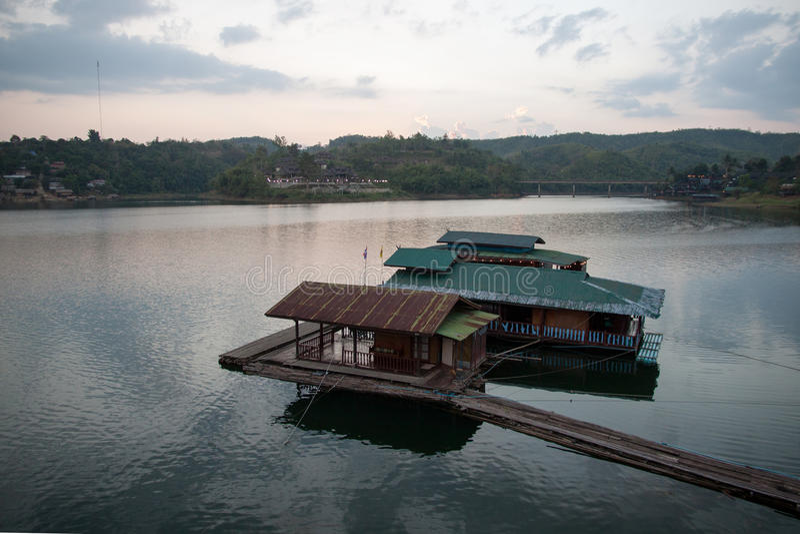 Camera e casa galleggiante di galleggiamento sul fiume fotografia stock