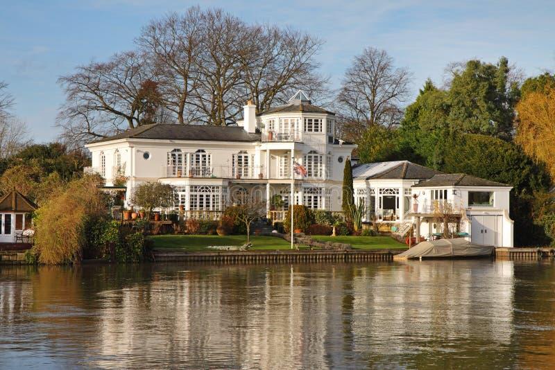 Camera e giardino di lusso della riva del fiume fotografia stock libera da diritti