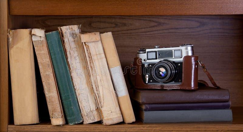 Camera en boek stock foto
