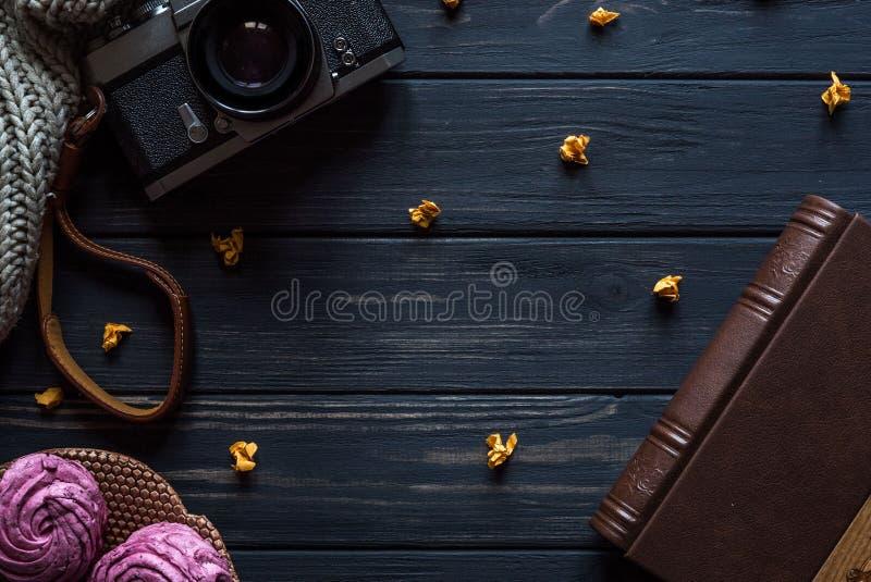 Camera en boek op een zwarte houten achtergrond royalty-vrije stock afbeeldingen