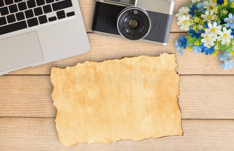 Camera en levering op lijst van het bureau de houten bureau royalty-vrije stock fotografie