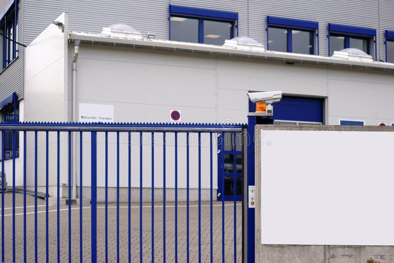 Camera gecontroleerde fabrieksingang royalty-vrije stock afbeeldingen