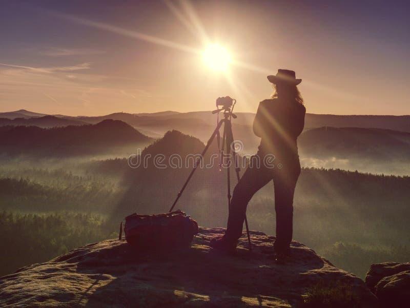 Camera in handen van het creëren van meisjesfotograaf Prachtige dag royalty-vrije stock afbeeldingen