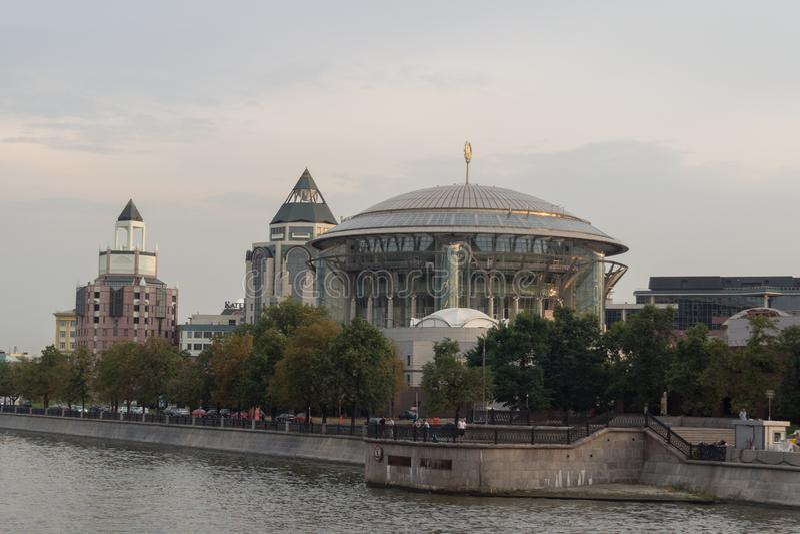 Camera internazionale di Mosca di musica osservata dal fiume immagine stock libera da diritti