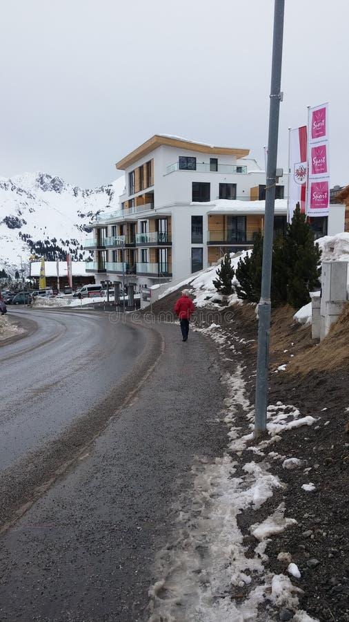 Camera moderna in alpi fotografia stock