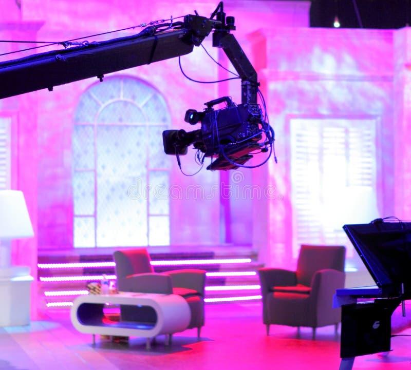 Camera op kraanbalkwapen in studio stock foto