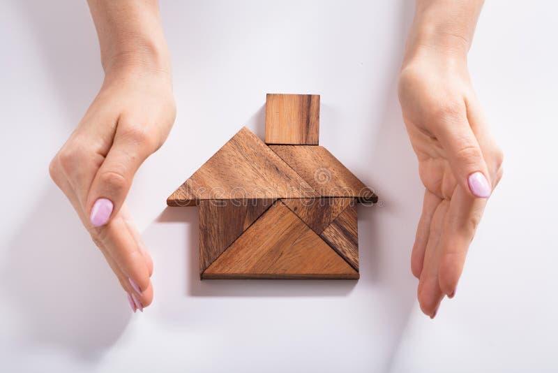 Camera proteggente della donna fatta del puzzle di legno del tangram immagini stock