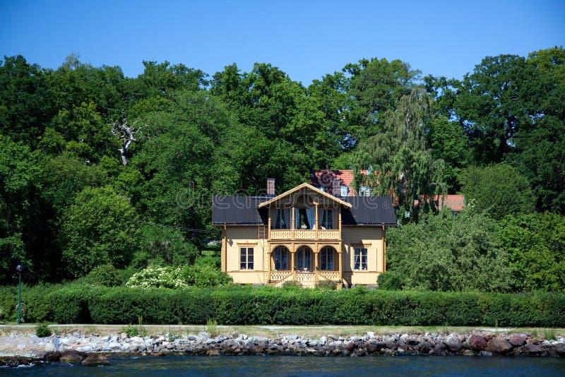 Camera suburbana sola sulla piccola isola in Swed immagini stock libere da diritti
