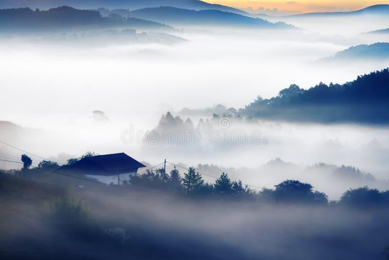 Camera sulla mattina con le montagne nebbiose fotografie stock