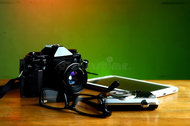Camera, tablet en oogglazen royalty-vrije stock afbeeldingen