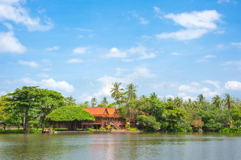 Camera tailandese di stile della riva del fiume fotografia stock