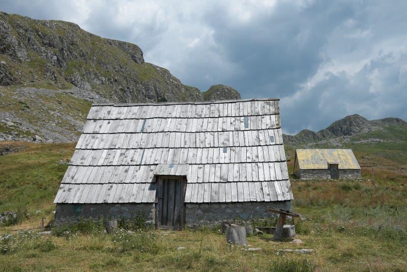 Camera tradizionale con il tetto di legno fotografia stock