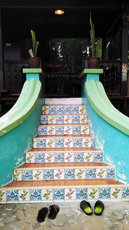 Camera tradizionale con le scale all'aperto colourful immagine stock libera da diritti