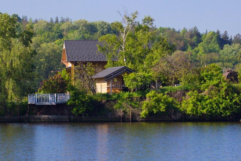 Camera vicino al fiume fotografie stock libere da diritti