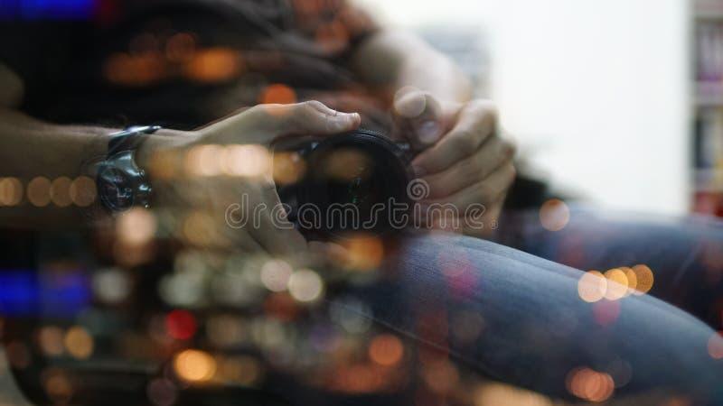 Cameralens en hand die binnen zoemen Defocused onscherp beeld als abstracte achtergrond royalty-vrije stock foto
