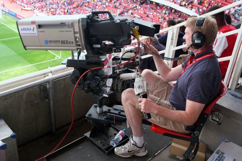 Cameraman au travail pendant un jeu de football vivant photos stock
