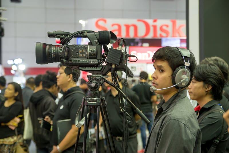 Cameraman bij een elektronikatentoonstelling stock afbeelding