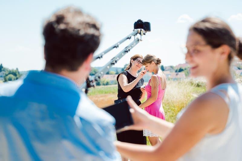 Cameraman com câmera em uma grua no conjunto de produção de vídeo fotografia de stock royalty free