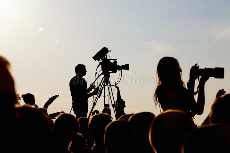 Cameraman die een levend overleg schieten stock afbeelding